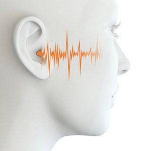 Menschliches Ohr einer Frau mit Schallwellen